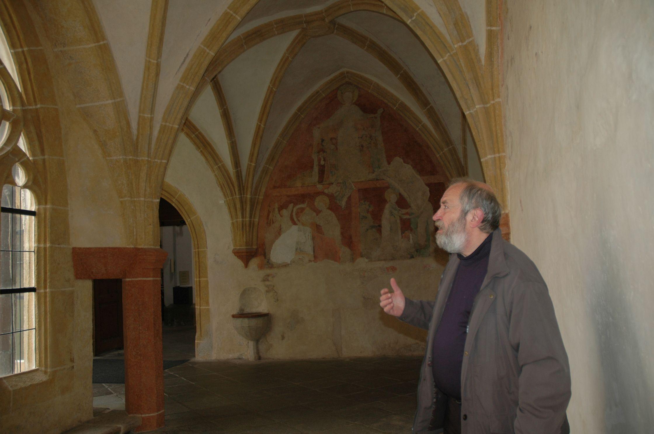 JIří Míchal ukazuje místo v křížové chodbě